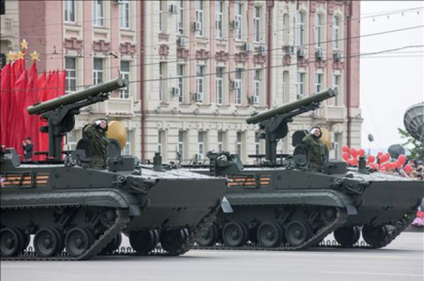 Ростовчане также увидели  реактивные системы залпового огня «Торнадо», оперативно-тактические ракетные комплексы «Искандер-М», подвижные береговые ракетные комплексы «Бастион» и зенитно-ракетные пушечные комплексы «Панцирь- С», ЗРС С-300.