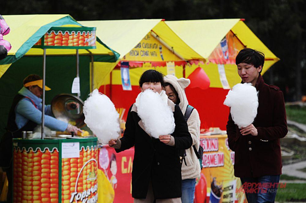 Иностранцы участвовали в мероприятиях и не боясь холода ели сахарную вату.