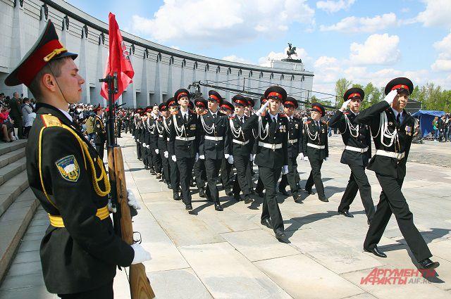 Равнение на ветеранов держали юные кадеты - будущие защитники Отечества.