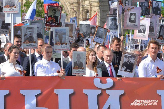 Президент страны с портретом своего отца шёл в первом ряду колонны, в которую встали сотни тысяч потомков героев войны.