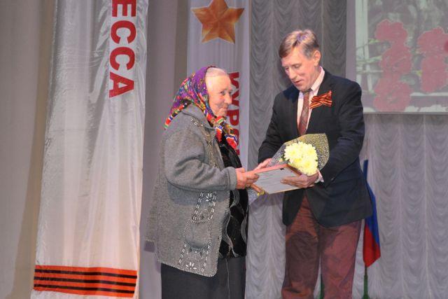 Виктор Гринкевич поздравляет ветерана.