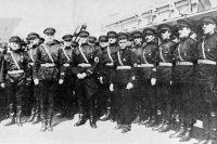 К. В. Родзаевский (в центре со сплетёнными пальцами) встречает на харбинском вокзале А. А. Вонсяцкого.