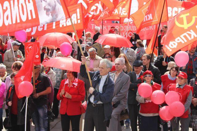 Под флаги КПРФ встаёт всё больше людей.