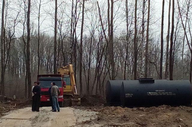 На месте вырубленного парка идёт строительство заправки.