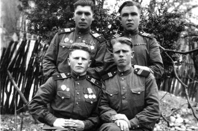 Александр Дмитриевич Пидченко (слева вверху) с боевыми товарищами.