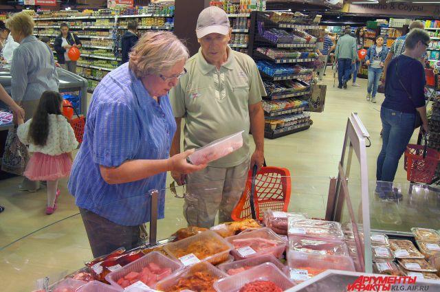 Товары в магазинах становятся все дороже, а зарплаты - все ниже.