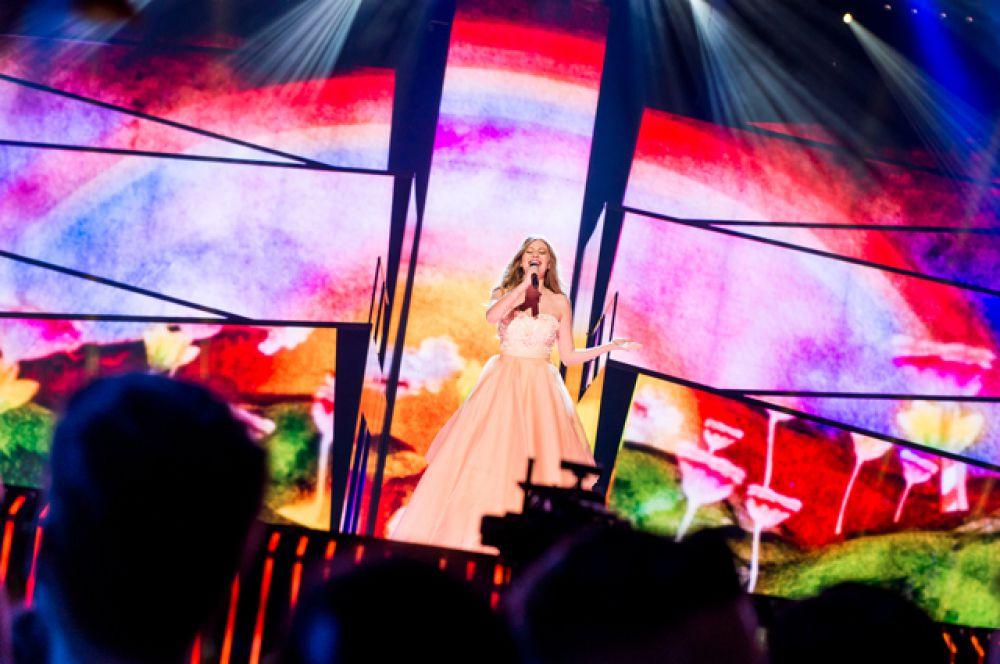 Австрия. Певица Зои с песней «Loin d'ici»