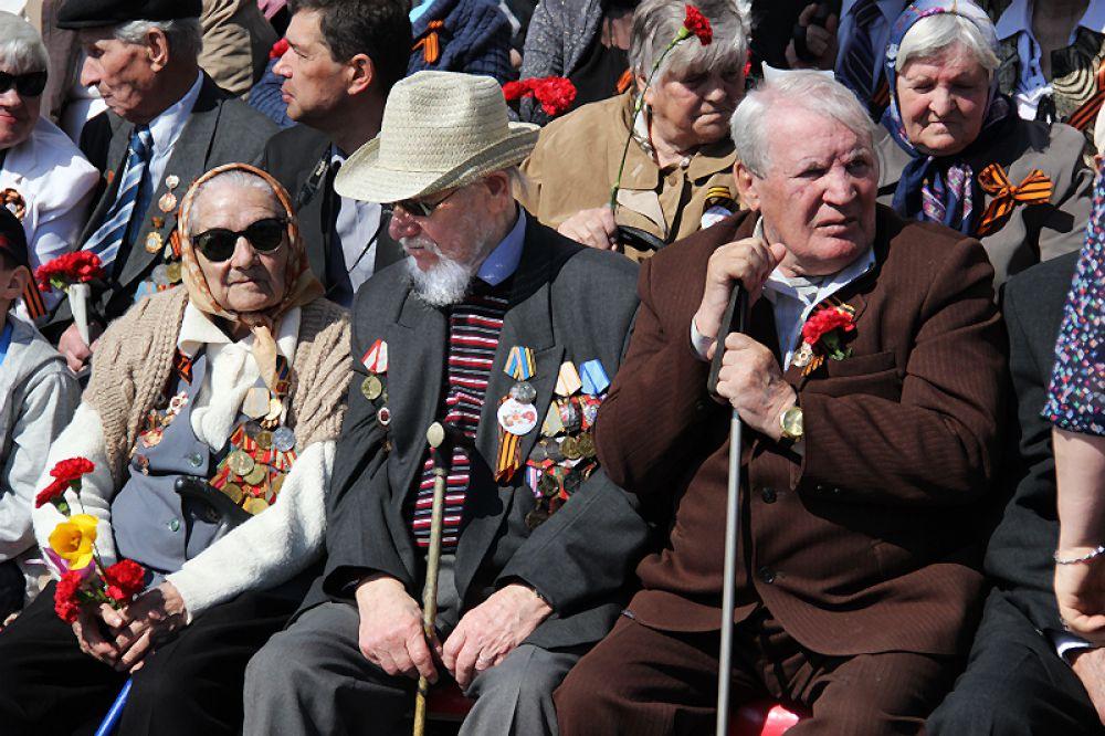 Почётные места на трибунах заняли ветераны.