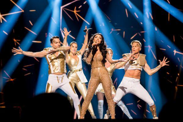 Азербайджан. Певица Самра с перней «Miracle»