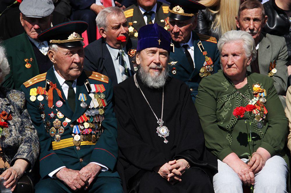 Ветераны и митрополит.