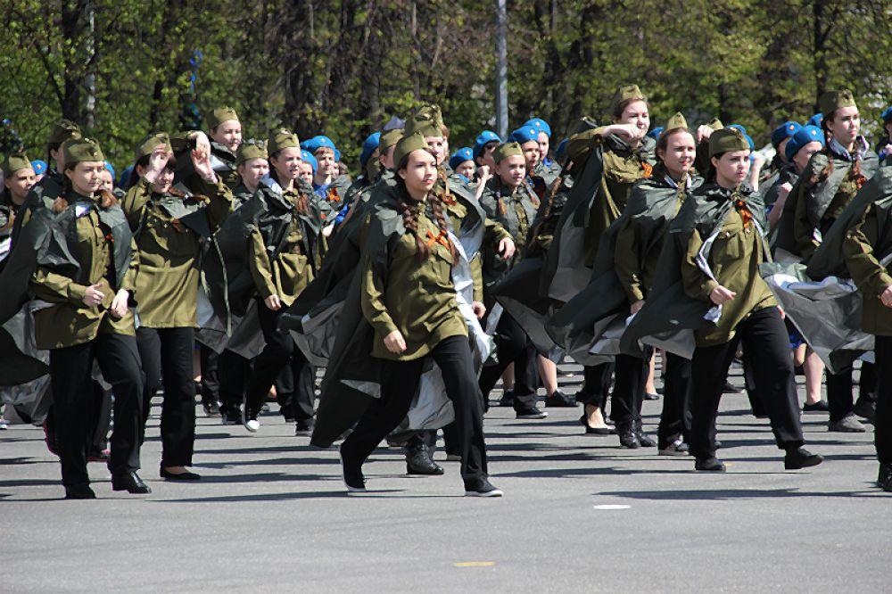 Ветеранов приветствует молодёжь.