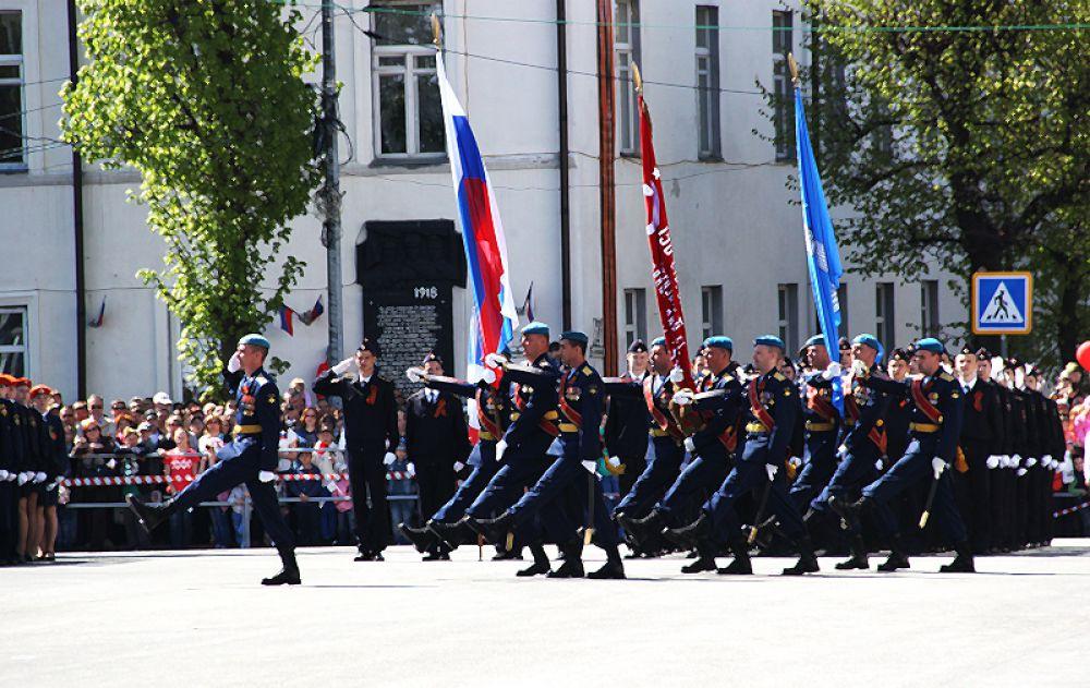 На площадь вносятся знамёна России и региона.