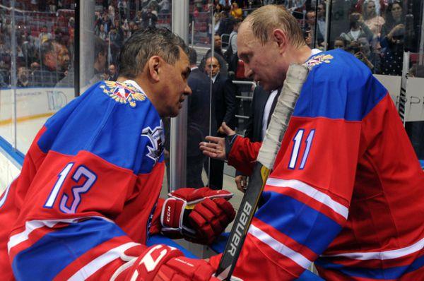 Президент России Владимир Путин и министр обороны РФ Сергей Шойгу в гала-матче турнира Ночной хоккейной лиги.