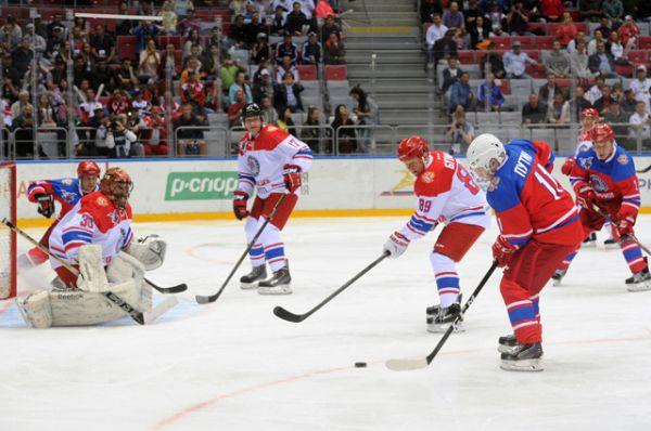 Президент России Владимир Путин (справа на первом плане) в гала-матче турнира Ночной хоккейной лиги.