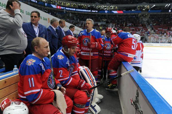 Президент России Владимир Путин и председатель правления НХЛ Вячеслав Фетисов.