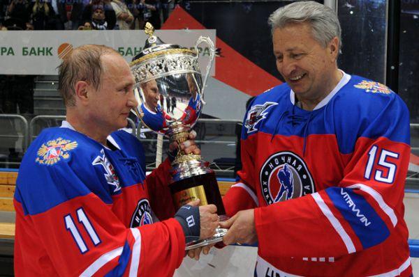 Президент России Владимир Путин и президент Ночной Хоккейной Лиги Александр Якушев после гала-матча турнира Ночной хоккейной лиги.