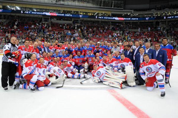 Президент России Владимир Путин во время фотографирования с участниками гала-матча турнира Ночной хоккейной лиги.
