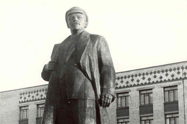 1987 год. Памятник Ленину на главной площади Ханты-Мансийска.