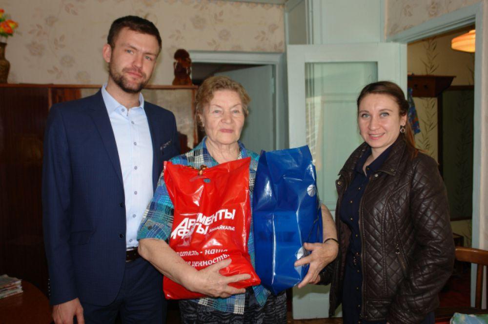 Вместе с нами некоторых бывших узников концлагерей поздравили сотрудники ПАО «МРСК Сибири».