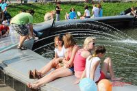 Фонтан в «Сокольниках» - лю-бимое место для солнечных ванн.