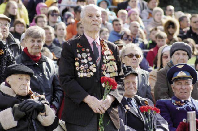 Ветераны Великой Отечественной войны, главные герои праздника, сидели на почётных первых рядах трибуны для гостей.