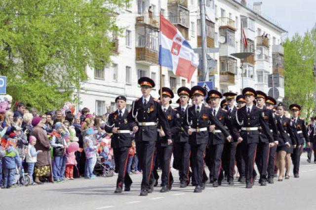Сотни жителей Кировского района собрались на площади перед Дворцом им. Кирова, чтобы посмотреть шествие.