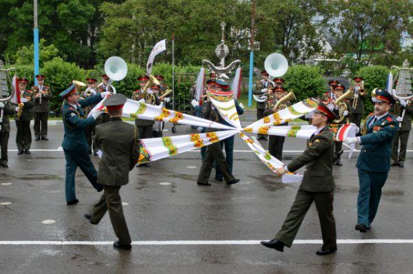Позже взрослые разведчики бригады специального назначения провели показательные выступления по рукопашному бою, вызвав восторг у юных ростовчан.