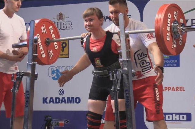 Спортсменка потянула вес в три раза больше собственного
