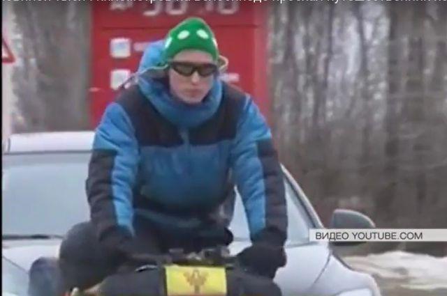 В день путешественник проезжает по 100 км. на велосипеде