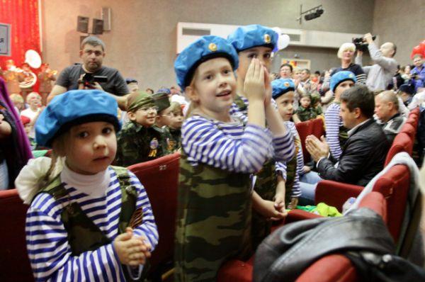 Зрители в зале - детсадовцы и младшие школьники аплодировали своим ровесникам, выступавшим на сцене.