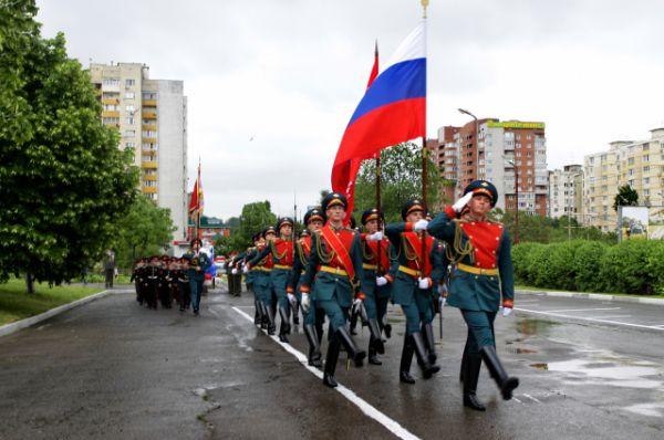 На торжественной церемонии открытия рота почетного караула бригады управления Южного военного округа, чеканя шаг, вынесла флаг России и копию знамени Победы в Великой Отечественной войне 1941–1945.