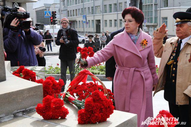 Депутат ГД Ирина Мануйлова возложила цветы к бюсту Александра Покрышкина