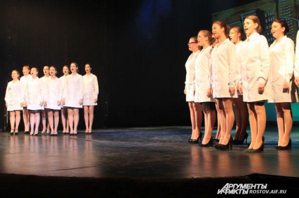 Начало шоу, девушки из пединститута исполняют песню о своей профессии.