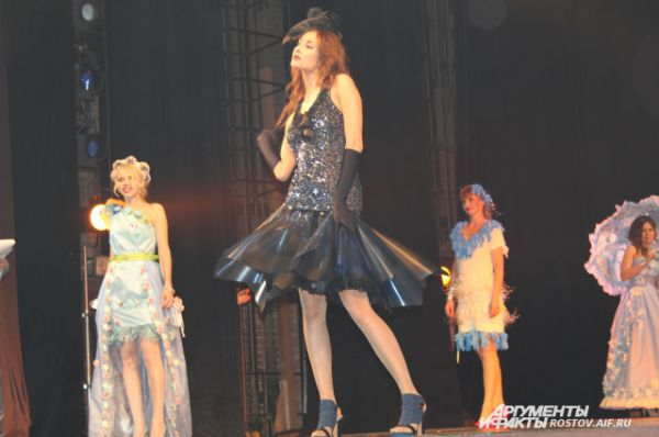 Платье этой конкурсантки сшито из рентгеновской плёнки. А самым ходовым материалом в украшении одежды были бахилы, медицинская маска, одноразовые пелёнки.