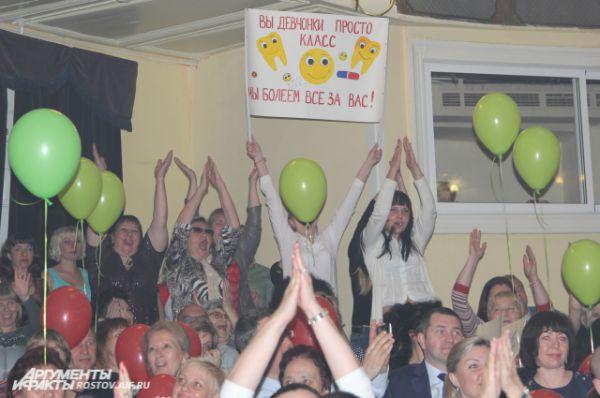 Зрители активно поддерживали свои команды. Атмосфера в зале напоминала баскетбольный матч.