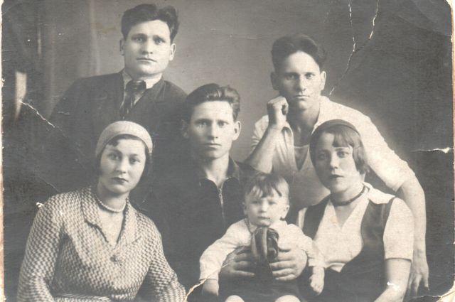 На снимке 1936 года: Николай, Лаврентий и Федор Жаворонковы.