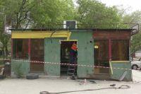 По указанию полицейских рабочие сняли с киоска двери, окна, решётки и обшивку.