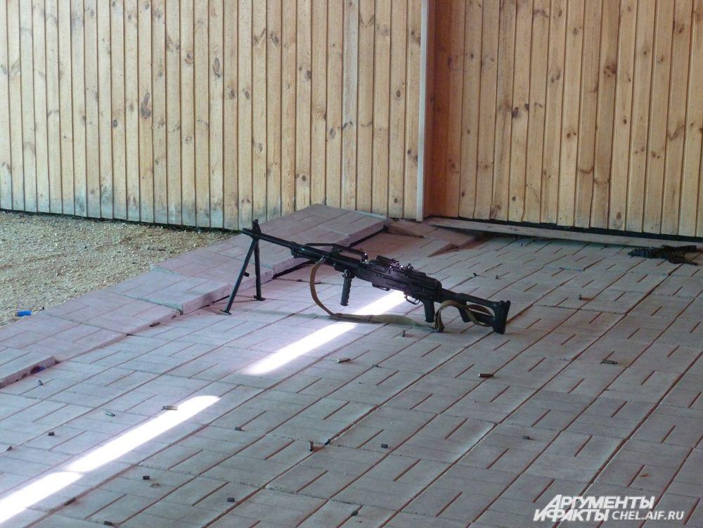 Сотрудники ОМОН устроили показательные стрельбы для журналистов.