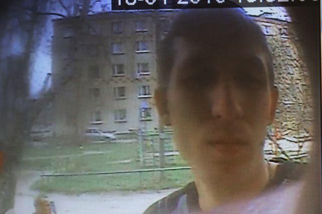 Обманувший пенсионерку мужчина попал на запись камеры видеонаблюдения.