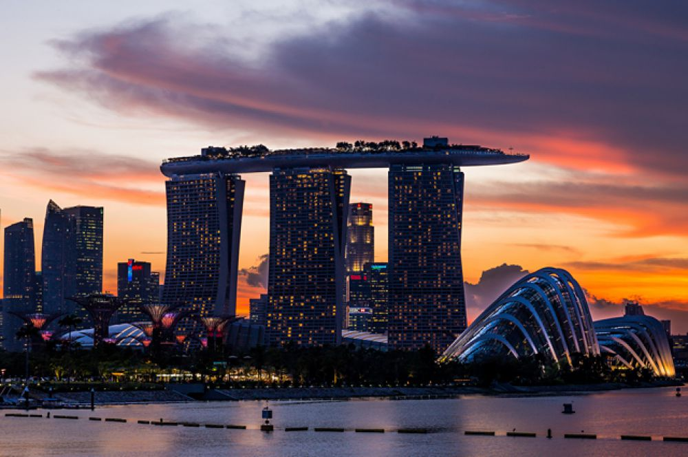 В 1960-х Сингапур представлял собой маленькую бедную страну, которой приходилось импортировать даже пресную воду и строительный песок, две трети населения жили в трущобах чайна-тауна. Но уже в 1985-м от этих нищих районов ничего не осталось: город взялся за скоростное жилое строительство, и уже в следующее десятилетие Сингапур вошёл в десятку самых богатых государств мира.