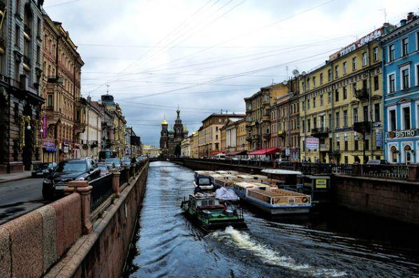 К местам, которые человек изменил до неузнаваемости, можно отнести и хорошо известный всем Санкт-Петербург. Строительство города в низком болотистом месте потребовало сооружения каналов и прудов для осушения. Вынутая при этом земля использовалась для повышения поверхности.