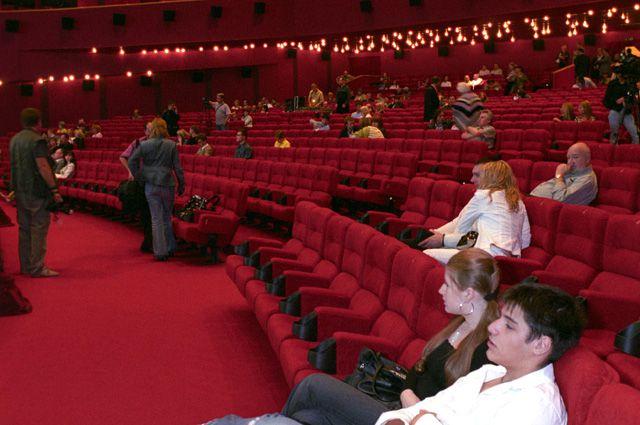 Зрители в кинотеатре.