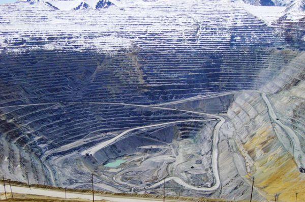 Бингем-Каньон— один из крупнейших карьеров в мире, где ведётся разработка гигантского меднопорфирового месторождения. Карьер является одним из крупнейших в мире антропогенным (выкопанным человеком) образованием. По состоянию на 2008 год его глубина достигла 1,2 километра, ширина 4 километра, а площадь составляет около 8 квадратных километров.