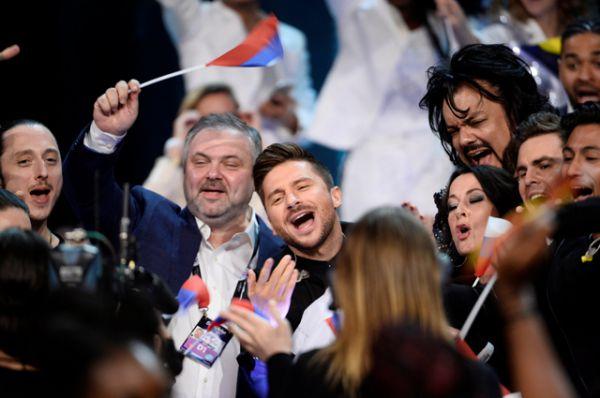 Сергей Лазарев с группой поддержки.
