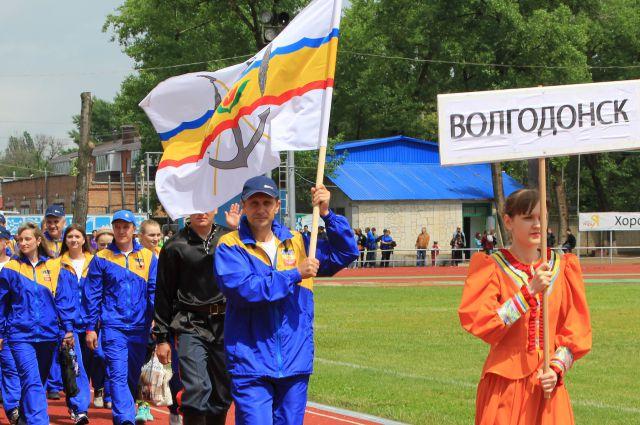 Флаг города Волгодонска несёт капитан команды Сергей Ольховский.