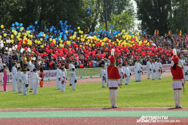 После исполнения гимна Ростовской области шары взлетели в небо, соревнования объявили открытыми.
