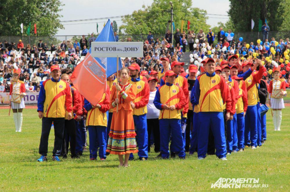 Каждая команда в одежде использует цвета герба своего города.