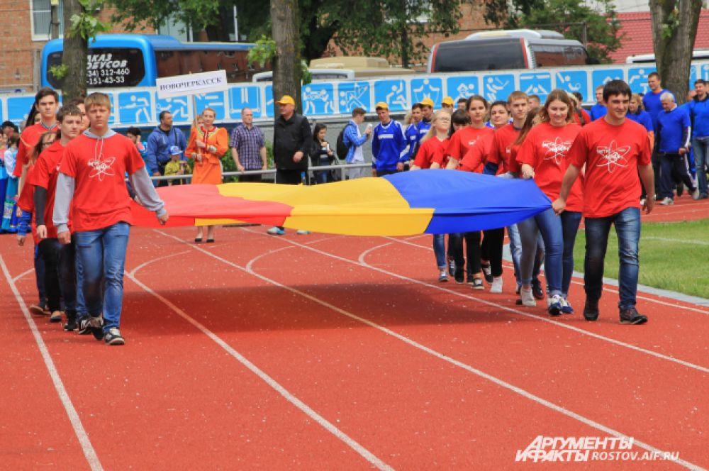 Начинается парад участников. Вносят флаг Ростовской области.