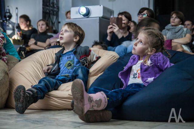 Зрители зачарованно внимают сказкам в необычном прочтении.
