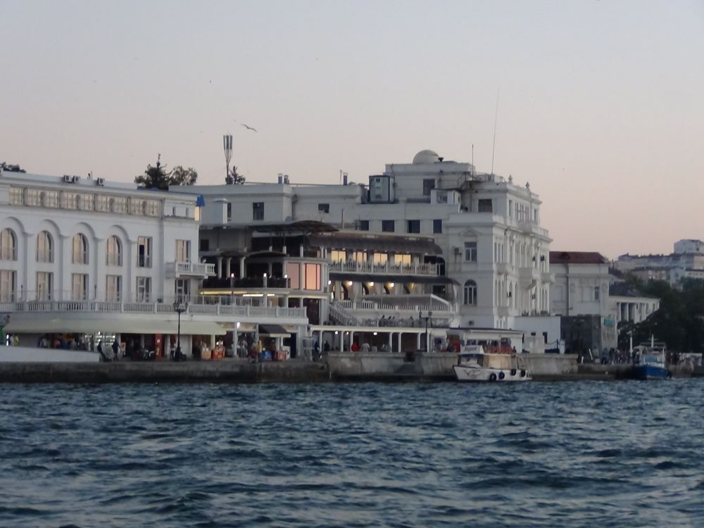 Севастополь - город на юго-западе Крымского полуострова, на побережье Чёрного моря. Проживание – 2900 рублей в сутки.